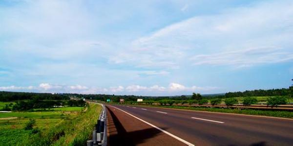 2015海南西线利好频频 1.海南西环铁路全线铺轨正式完成,年底通车。 儋州到海口、三亚将缩短至1小时内。  2.海南西线高速路面完成改造 今年2月,由国家投资16.36亿元对海南西线高速公路138公里多路面的改造工程,历时一年多全面完工,海口到三亚只需3个多小时。  3.万宁-儋州-洋浦高速公路 从2013年开建的万宁-儋州-洋浦高速公路项目将在今年年底通车,此次项目是我省打造田字形高速主骨架网的重要一步。  [儋州]衍宏万国大都会 萃集南国风华,追随东坡足迹,筑就百味人生。 集度假公馆、高尚住宅